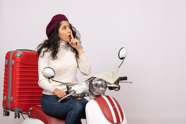 Vooraanzicht jonge vrouw zittend op de fiets op witte achtergrond weg motorfiets voertuig stad kleur vakantie woman Gratis Foto