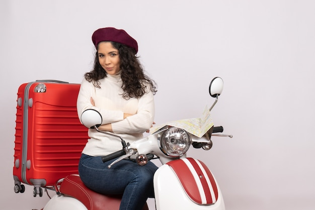 Vooraanzicht jonge vrouw zittend op de fiets op witte achtergrond weg motorfiets voertuig stad kleur vakantie woman