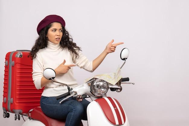 Vooraanzicht jonge vrouw zittend op de fiets op witte achtergrond weg motorfiets voertuig stad vakantie woman