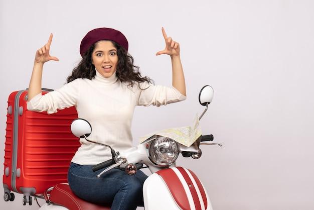 Vooraanzicht jonge vrouw zittend op de fiets op witte achtergrond weg voertuig stad kleur vakantie woman