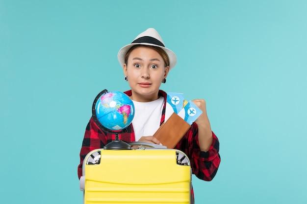 Vooraanzicht jonge vrouwelijke bedrijf kaartjes op blauw bureau