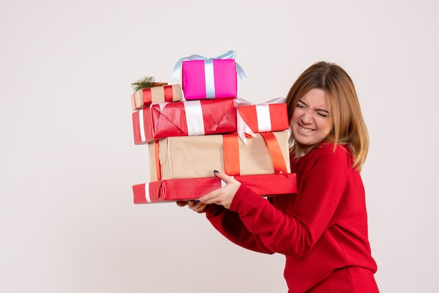 Vooraanzicht jonge vrouwelijke dragende cadeautjes