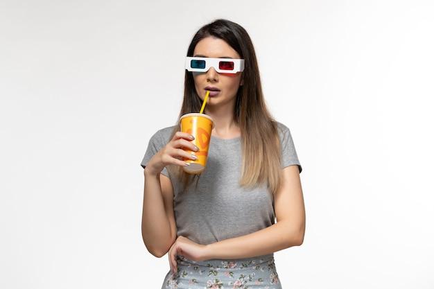 Vooraanzicht jonge vrouwelijke frisdrank drinken in d zonnebril op het licht witte oppervlak