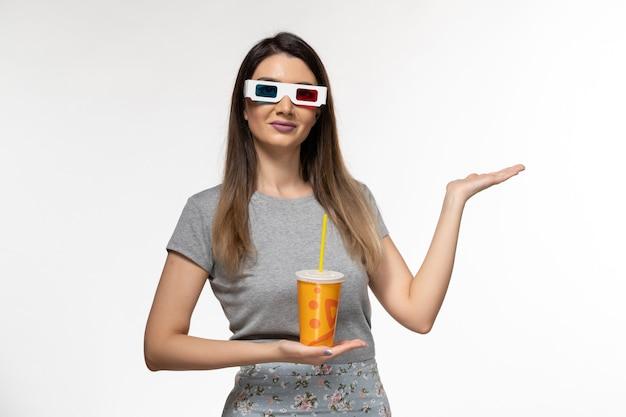 Vooraanzicht jonge vrouwelijke frisdrank drinken in d zonnebril op wit oppervlak