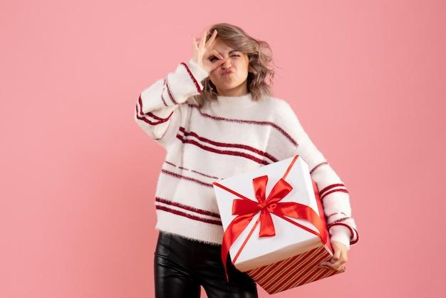 Vooraanzicht jonge vrouwelijke kerst aanwezig