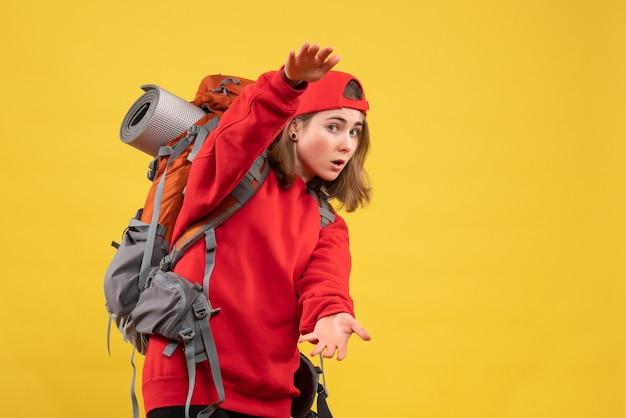 Vooraanzicht jonge vrouwelijke reiziger met rugzak die grootte toont