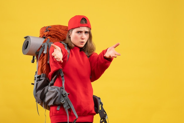 Vooraanzicht jonge vrouwelijke reiziger met rugzak handen bereiken