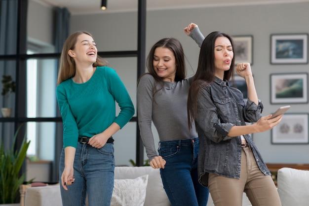Vooraanzicht jonge vrouwen die binnen dansen