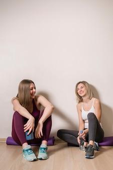 Vooraanzicht jonge vrouwen die een pauze nemen