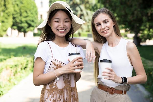 Vooraanzicht jonge vrouwen glimlachen