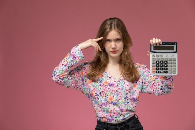 Vooraanzicht jongedame peinzend over iets ingewikkelds