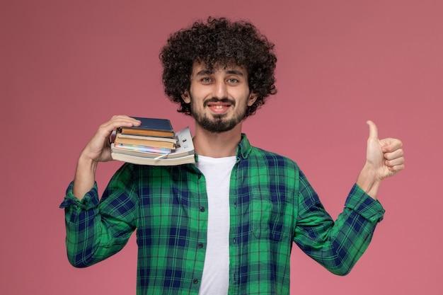 Vooraanzicht jongeman duimen omhoog binnen examenweek