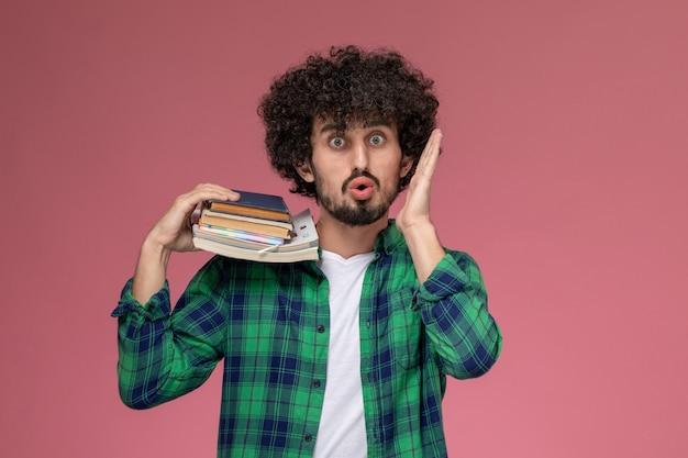 Vooraanzicht jongeman geschokt over schoolincident