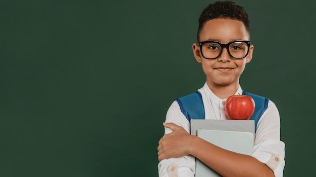 Vooraanzicht jongen met leesbril kopie ruimte