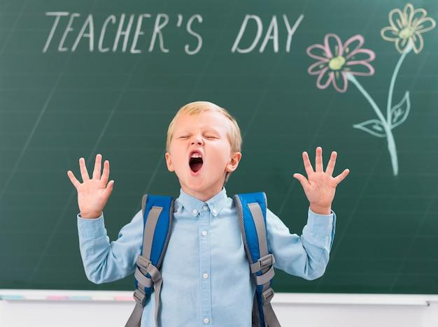 Vooraanzicht jongetje schreeuwen in de klas
