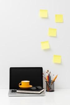 Vooraanzicht kantoorelementen arrangement