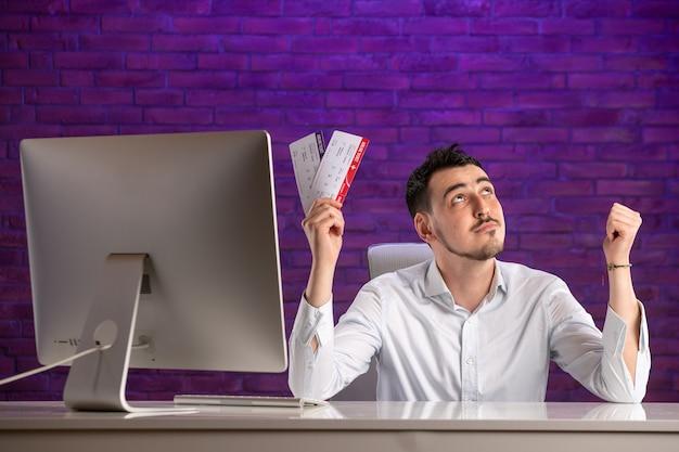 Vooraanzicht kantoormedewerker zit achter zijn werkplek en kaartjes te houden