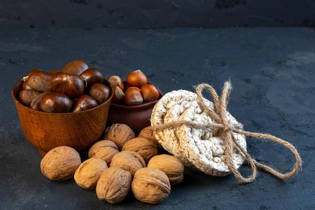 Vooraanzicht kastanjes in een beker met hazelnoten en walnoten