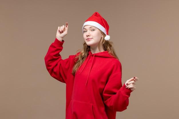Vooraanzicht kerst meisje dansen op bruine achtergrond vrouw vakantie kerst
