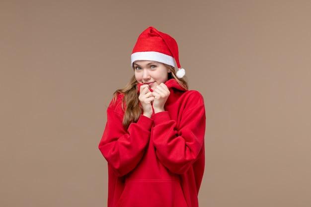 Vooraanzicht kerst meisje met lachend gezicht op bruine achtergrond vrouw vakantie kerst