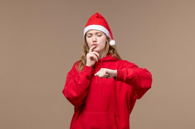 Vooraanzicht kerst meisje tijd op bruine achtergrond vakantie kerst emoties controleren