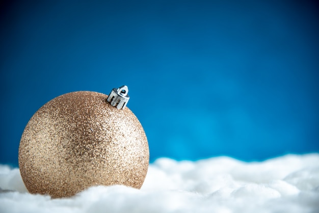 Vooraanzicht kerstboom bal