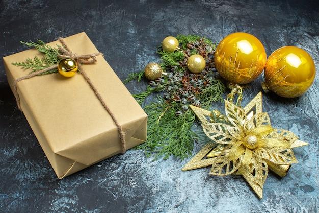 Vooraanzicht kerstboom speelgoed op lichte achtergrond
