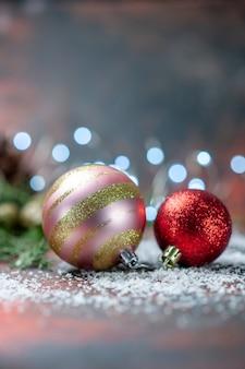 Vooraanzicht kerstboomballen kokospoeder op donker