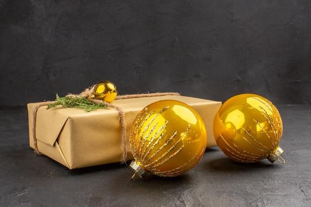 Vooraanzicht kerstcadeau met speelgoed op donkere achtergrond