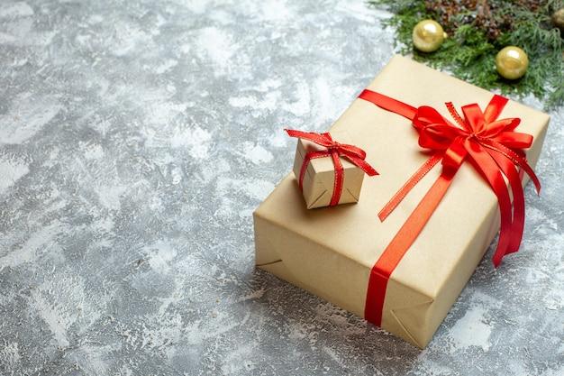 Vooraanzicht kerstcadeautjes met rode strikken op witte achtergrond
