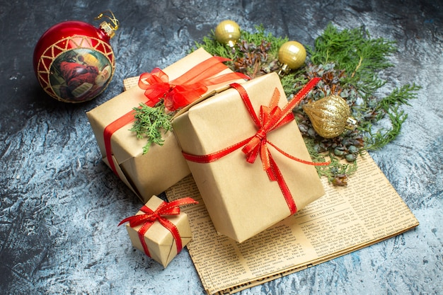 Vooraanzicht kerstcadeautjes met speelgoed op de licht-donker vakantiefoto kerstkleur nieuwjaar