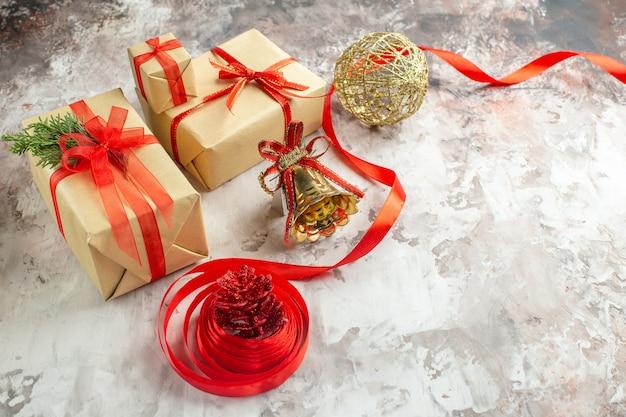 Vooraanzicht kerstcadeautjes met speelgoed op witte achtergrond