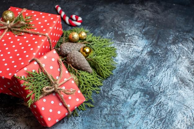 Vooraanzicht kerstcadeautjes op lichte ondergrond