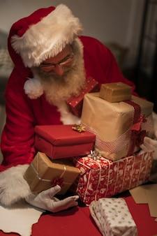 Vooraanzicht kerstman bedrijf geschenkdozen