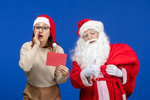 Vooraanzicht kerstman en jonge vrouw met brief op blauwe vakantie xmas nieuwjaar kleur emotie