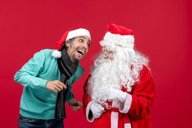 Vooraanzicht kerstman met jong mannetje dat gewoon staat