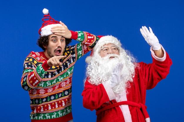 Vooraanzicht kerstman met jong mannetje dat hemel bekijkt