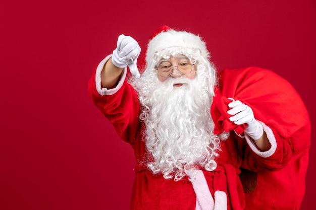 Vooraanzicht kerstman met tas vol cadeautjes op de rode emotie vakantie nieuwjaar kerstmis
