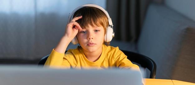 Vooraanzicht kind dat virtuele cursussen volgt
