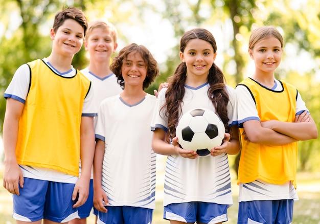 Vooraanzicht kinderen die klaar zijn om een voetbalwedstrijd te spelen