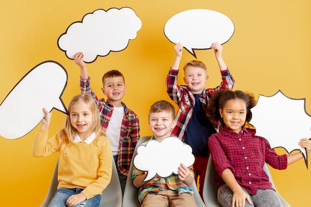 Vooraanzicht kinderen houden chat bubbels
