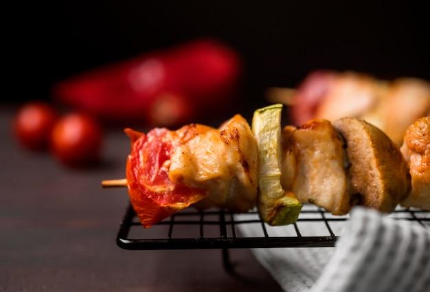 Vooraanzicht kippenbrochette op dienblad met rode peper