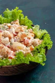 Vooraanzicht kippengroente salade mayyonaised salade op donkerblauw bureau salade groenten kleur maaltijd eten lunch