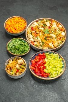 Vooraanzicht kipsalade met groenten op een donkergrijze salade voor de gezondheid van het tafeldieet
