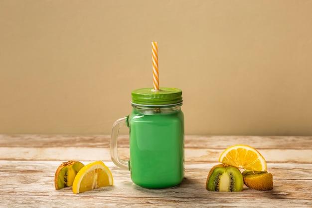 Vooraanzicht kiwi en citroen smoothie