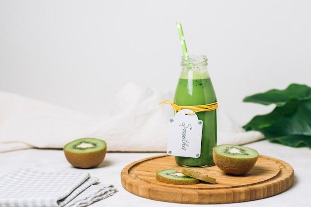 Vooraanzicht kiwi smoothie met groen stro
