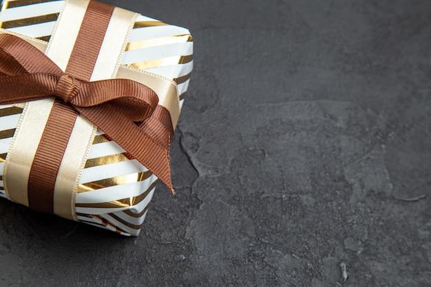 Vooraanzicht klein cadeautje op donkere genegenheid minnaar februari geschenken huwelijkspaar liefde passie