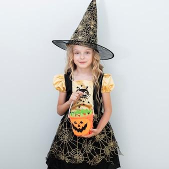 Vooraanzicht klein meisje in heks kostuum voor halloween