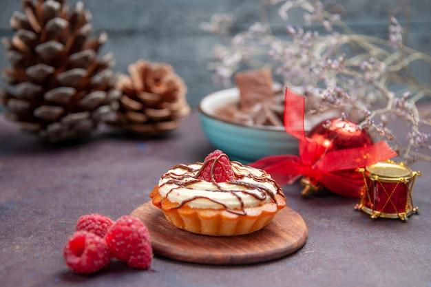 Vooraanzicht klein romig cakedessert voor thee op donkere achtergrondtaartkoekje, zoete dessertkoekjescake