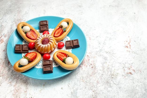 Vooraanzicht kleine cake met zoete crackerschocolade en aardbeien op de witte achtergrond, zoete koekjestaart, koekjescake fruit